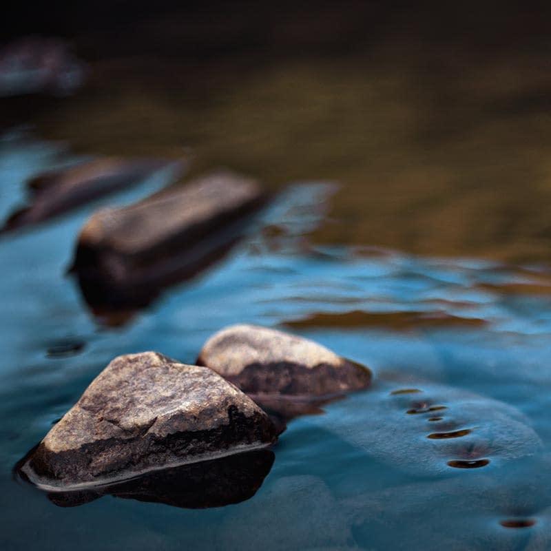 photo d'une pierre dans un ruisseau